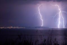 Blitz über dem See Lizenzfreie Stockfotos