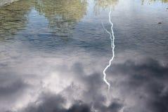 Blitz über dem See Lizenzfreies Stockfoto