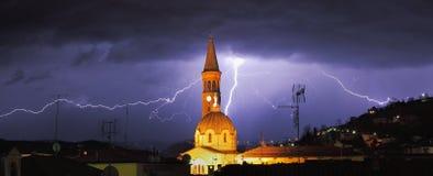 Blitz über den alba und umgebenden Hügeln. Stockfoto