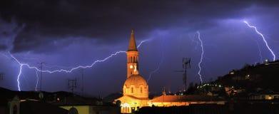 Blitz über den alba und umgebenden Hügeln, Italien. Lizenzfreies Stockbild