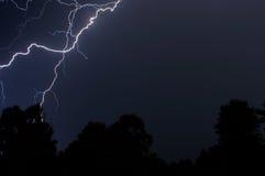 Blitz über den Bäumen Stockfotos