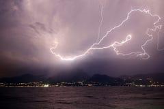 Blitz über den Bergen und dem See Lizenzfreies Stockfoto