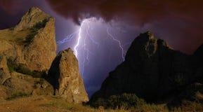 Blitz über den Felsen Stockbild