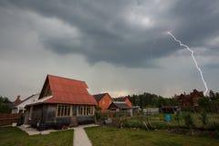 Blitz über den Häusern Stockfotos