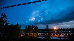 Blitz über den Häusern Stockfotografie