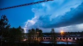 Blitz über den Häusern Lizenzfreie Stockfotos