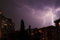Blitz über den Häusern Lizenzfreies Stockbild