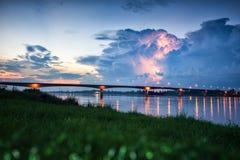 Blitz über der Brücke Lizenzfreies Stockfoto