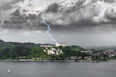 Blitz über der Festung von Angera, Varese Lizenzfreies Stockfoto