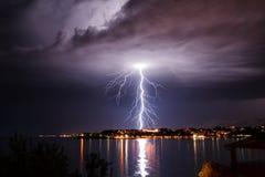 Blitz über der Küste Stockfotos