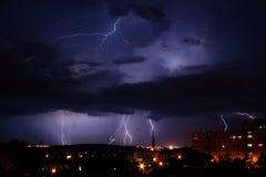 Blitz über der Stadt Stockfotografie