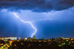 Blitz über der Stadt im nächtlichen Himmel schlägt das Dach des Hauses Stockfotos