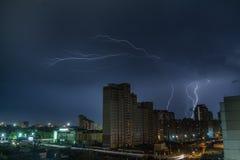 Blitz über der Stadt nachts Stockfotos