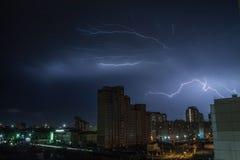 Blitz über der Stadt nachts Stockfoto