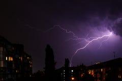 Blitz über der Stadt war durch den Himmel defekt Lizenzfreies Stockfoto
