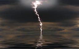 Blitz über einem Nachtmeer Stockfoto