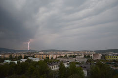 Blitz über einem polaren Hügel in der Stadt von Murmansk Lizenzfreie Stockfotografie