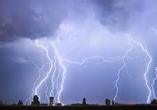 Blitz über einem Stadt lectricity Explosionssturm Lizenzfreies Stockfoto