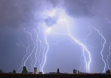 Blitz über einem Stadt lectricity Explosionssturm Lizenzfreie Stockbilder