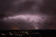 Blitz über einem Stadtgebiet Stockbild
