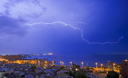 Blitz über einer Küstenstadt Lizenzfreie Stockfotografie