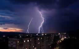 Blitz über einer Stadt Lizenzfreie Stockfotos