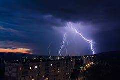 Blitz über einer Stadt Lizenzfreie Stockbilder