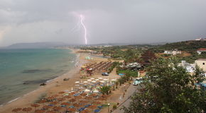 Blitz über Georgioupoli-Strand Kreta, Griechenland Lizenzfreies Stockbild
