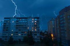 Blitz über Häusern im Himmel Lizenzfreie Stockfotografie
