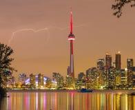 Blitz über im Stadtzentrum gelegenen Skylinen Torontos Lizenzfreies Stockfoto