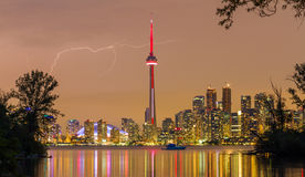 Blitz über im Stadtzentrum gelegenen Skylinen Torontos Stockbild