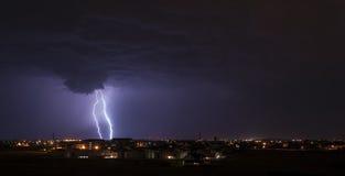 Blitz über Kleinstadt Lizenzfreies Stockfoto