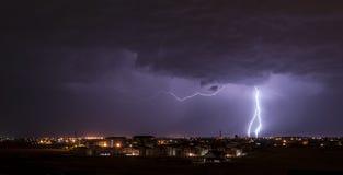 Blitz über Kleinstadt Stockfoto