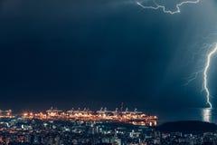 Blitz über Nachtstadt Lizenzfreies Stockfoto