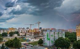 Blitz über Wohnsiedlung Sturm in der Stadt Stockbilder