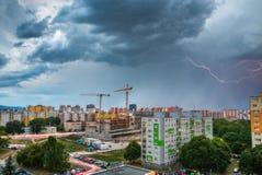 Blitz über Wohnsiedlung Sturm in der Stadt Stockfotografie