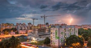 Blitz über Wohnsiedlung Sturm in der Stadt Lizenzfreie Stockfotografie