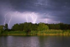 Blitz auf dem Fluss Stockbild