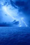 Blitz auf dem Meer stockfotos