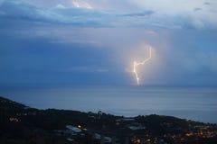 Blitz auf dem Meer in der Nacht Stockbilder