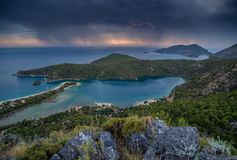 Blitz auf einem stürmischen Himmel auf der Mittelmeerküste während des Sonnenuntergangs Die Türkei Lizenzfreie Stockfotos