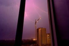 Blitz auf einer Baustelle, eine Gewitteransicht vom Fenster Stockfoto