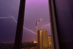 Blitz auf einer Baustelle, eine Gewitteransicht vom Fenster Lizenzfreies Stockbild