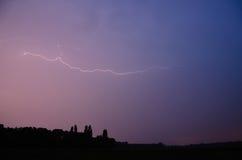 Blitz auf purpurrotem Himmel Stockbilder