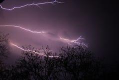 Blitz auf purpurrotem Himmel stockfotos