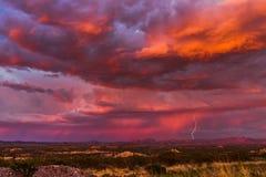 Blitz bei Sonnenuntergang Stockbilder