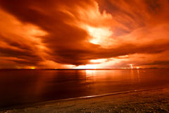 Blitz über dem Meer Lizenzfreie Stockfotos