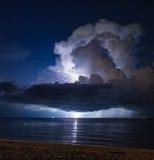 Blitz über dem Meer. Thailand Lizenzfreies Stockbild