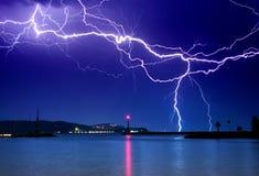 Blitz über dem See Lizenzfreies Stockbild