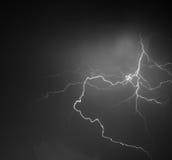Blitz: Blitzbolzen, lokalisiert gegen schwarzen Boden Lizenzfreies Stockfoto